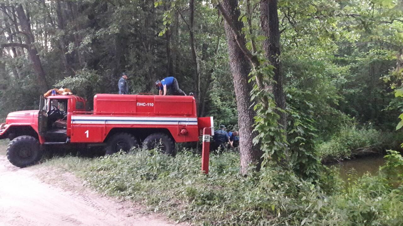Пожарная машина набирает воду в реке. Фото: Алена СЕРИКОВА