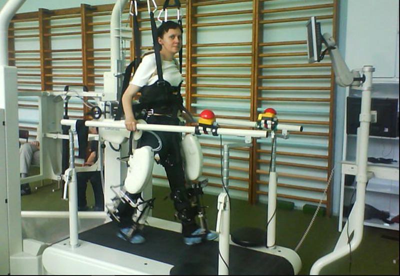 Первые шаги Натальи на специальном аппарате. Фото: личный архив Натальи