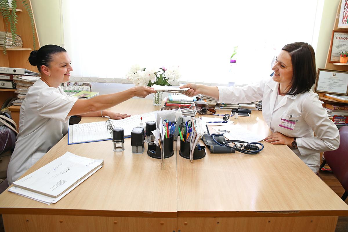 Помощник врача Ирина Артухович (слева) выполняет в амбулатории много функций и оказывает большую поддержку Татьяне Санчук. Фото: Евгений ТИХАНОВИЧ
