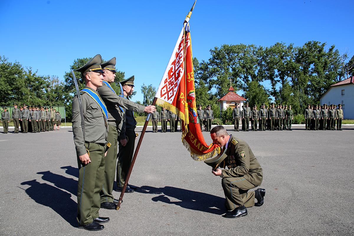 Михаил Льгов выполняет традиционный ритуал. Фото: Евгений ТИХАНОВИЧ