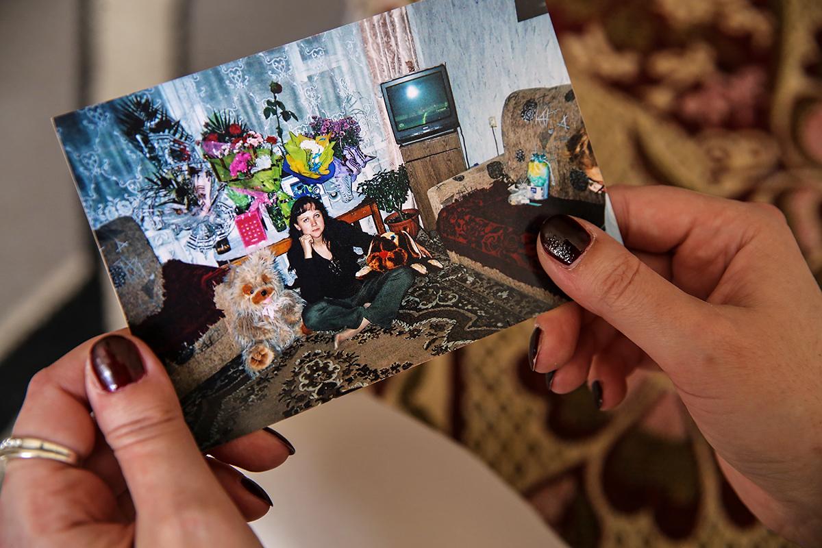 Наталья показывает фотографию 2007 года. Фото: Евгений ТИХАНОВИЧ