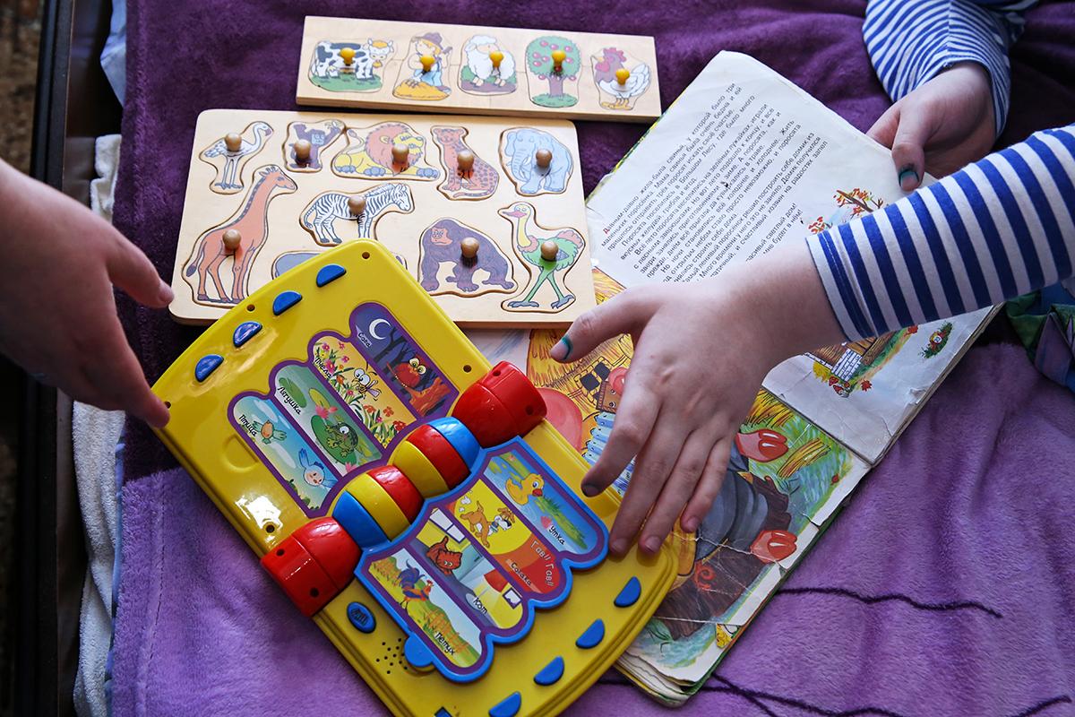 Елена каждый день занимается с сыном. Фото: Евгений ТИХАНОВИЧ