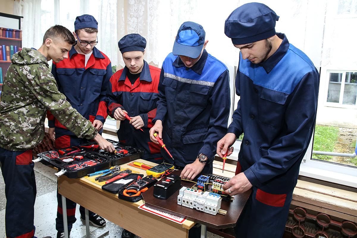 Учащиеся колледжа проводят мастер-классы для абитуриентов. Фото: Евгений ТИХАНОВИЧ