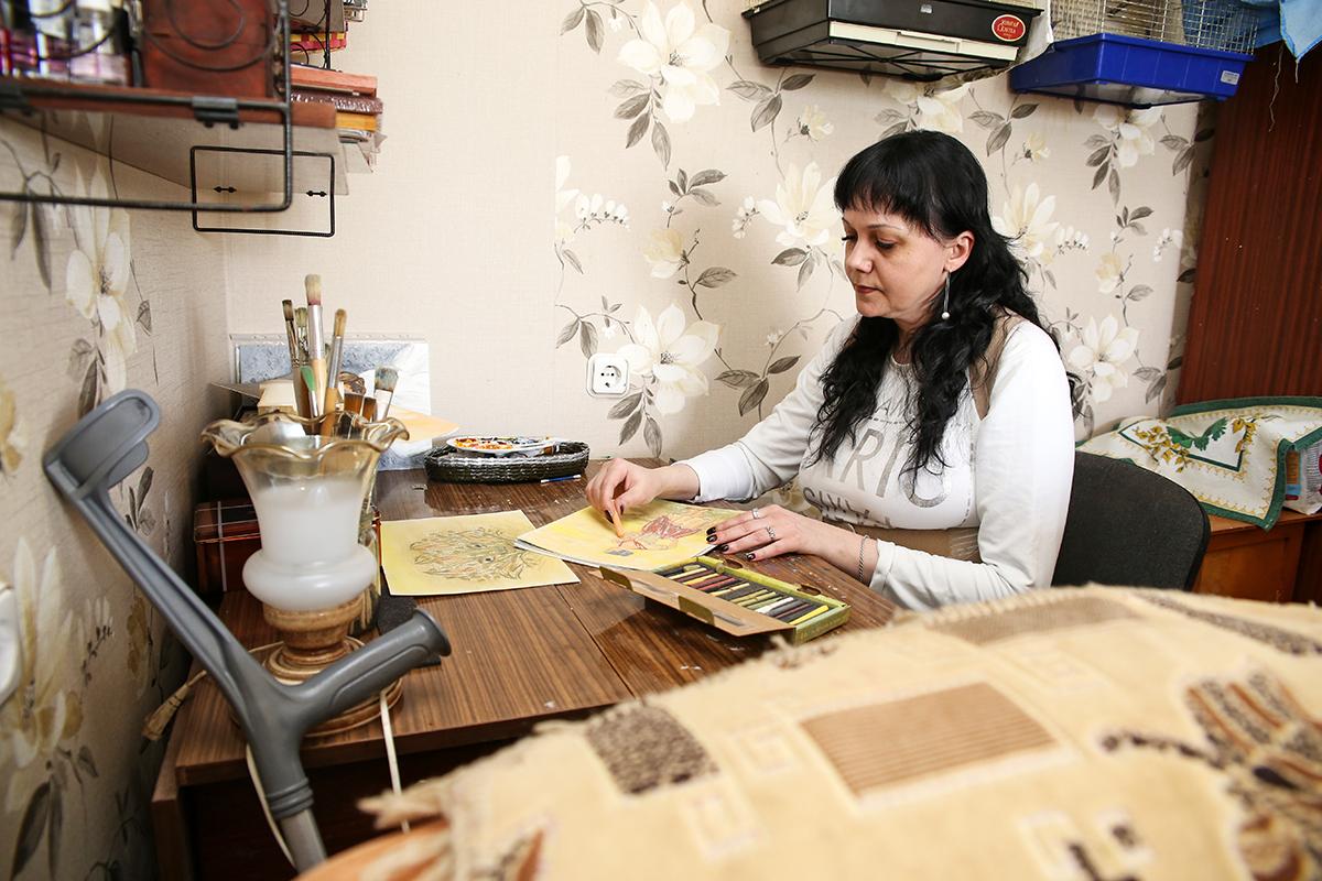 Наталья рисует маслом, акрилом и пастелью. Фото: Евгений ТИХАНОВИЧ