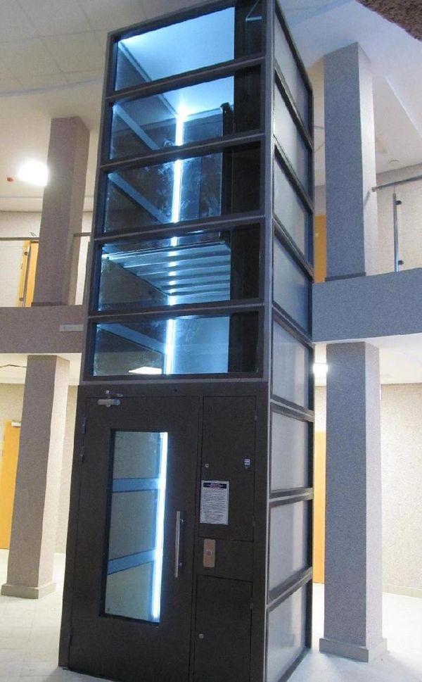 Так выглядит лифт для инвалидов. Такой же или похожий в рамках реконструкции установят в здании вокзала