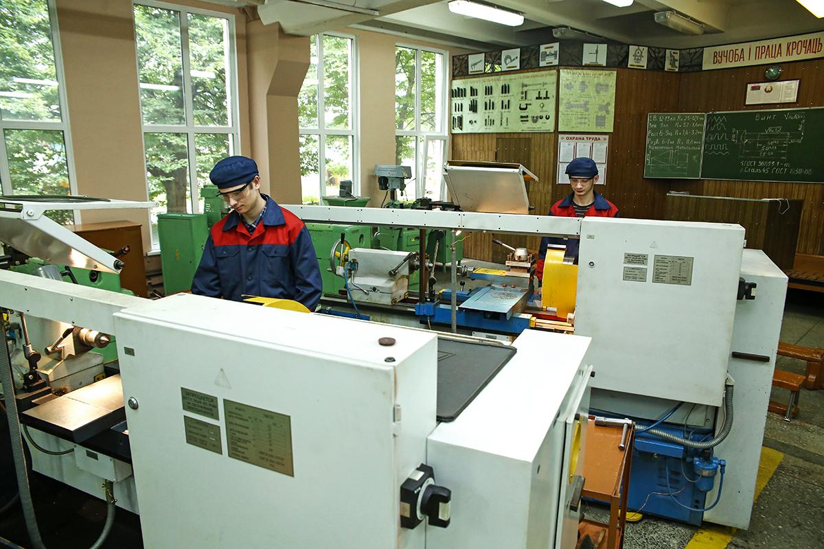 Учащиеся лицея в токарной мастерской. Фото: Евгений ТИХАНОВИЧ
