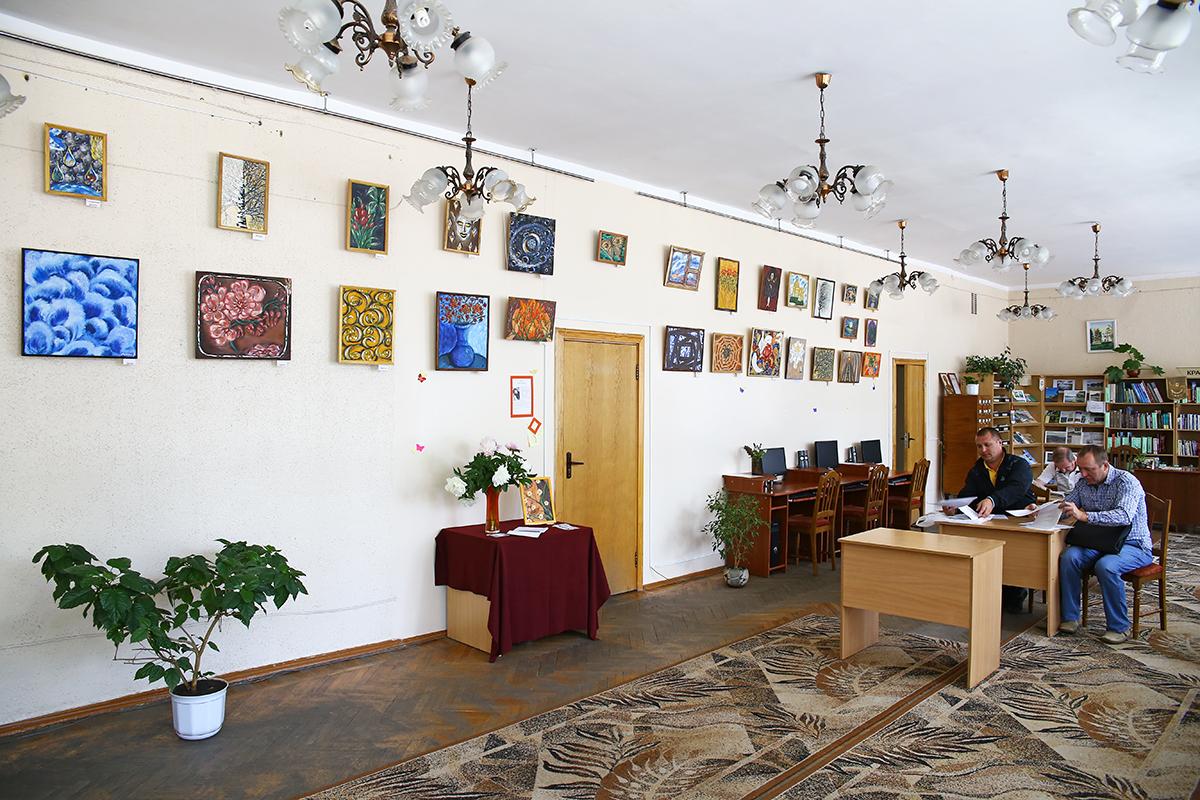 Картины Натальи Левкович можно посмотреть в Центральной городской библиотеке имени Тавлая. Выставка продлится до 5 июля. Вход бесплатный. Фото: Евгений ТИХАНОВИЧ