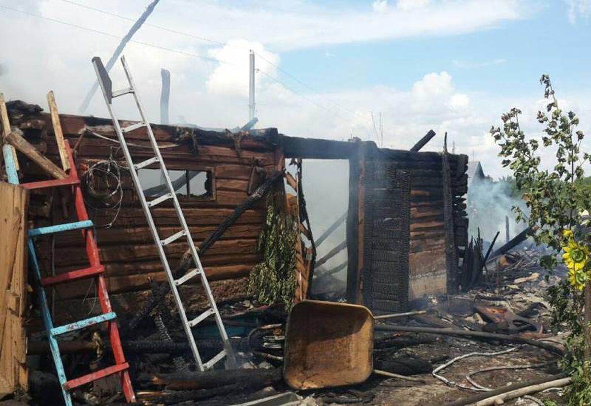 Сгоревший сарай в деревне Залюбичи. Фото: Барановичский ГРОЧС