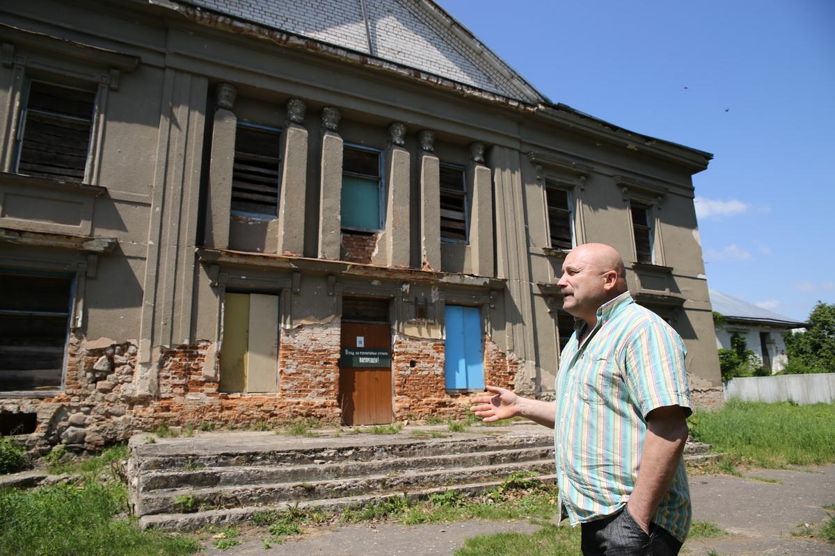 Житель Полонечки Александр Улас показывает, каким сейчас стало здание дворца Радзивиллов.  Фото: Евгений ТИХАНОВИЧ