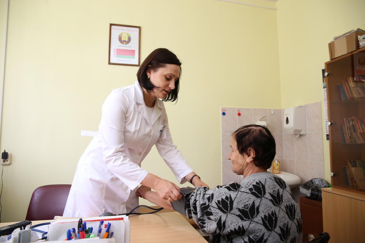 Ежедневно Татьяна  Санчук принимает около 20 пациентов.  Фото: Евгений ТИХАНОВИЧ