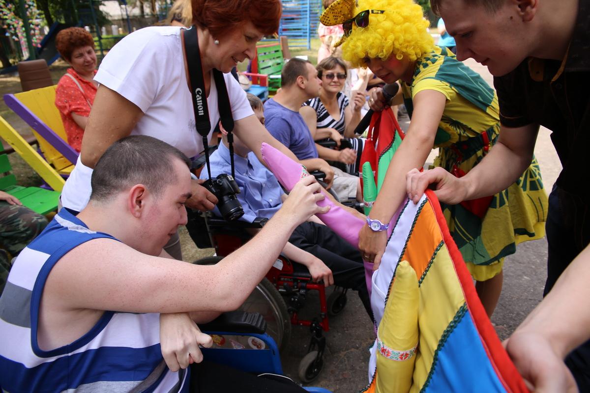 Воспитанники центра раскладывают карандаши по цветам. Фото: Татьяна МАЛЕЖ