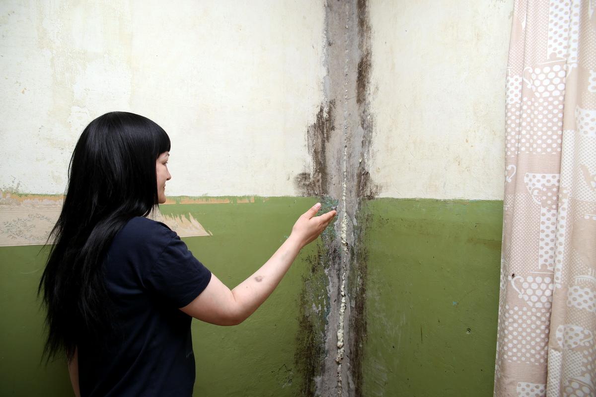 Екатерина Анискевич  говорит, что из-за постоянной сырости делать ремонт  в кухне бессмысленно.  Фото: Евгений ТИХАНОВИЧ