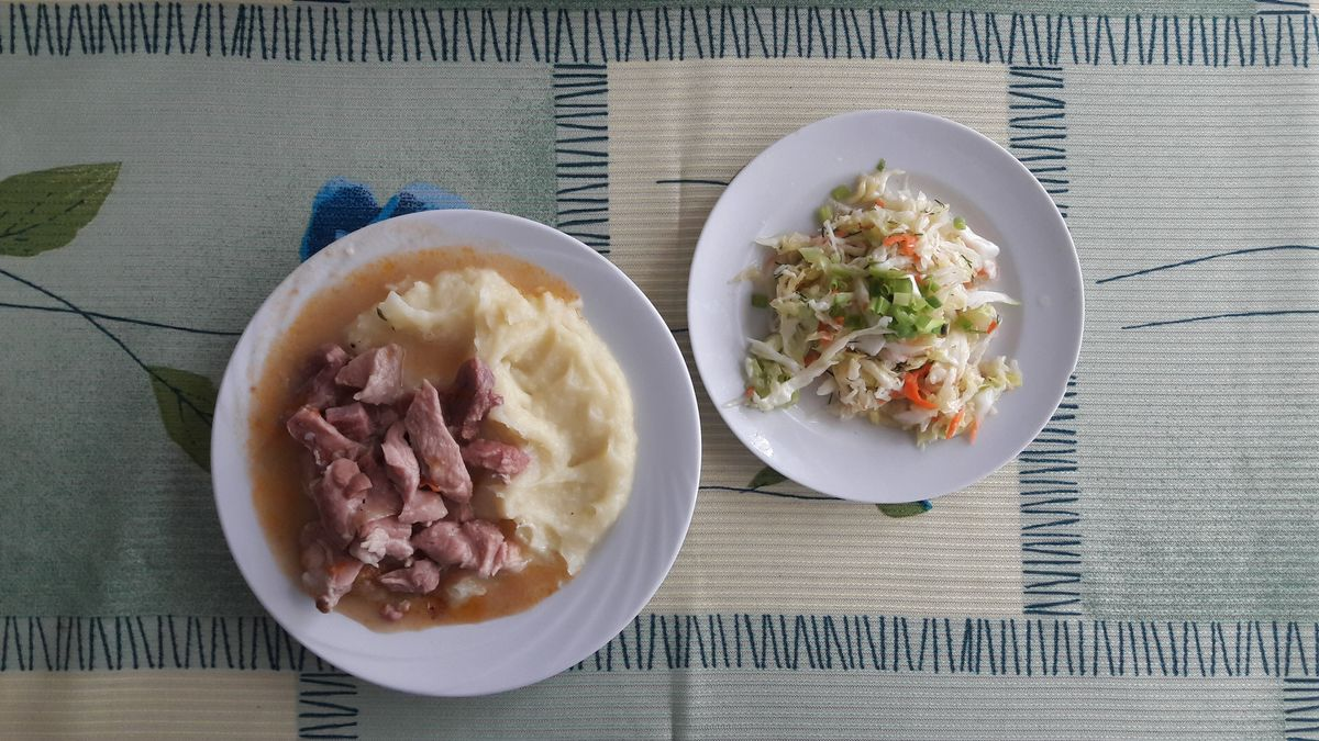 Картофельное пюре, поджарка из свинины и салат «Витаминный».