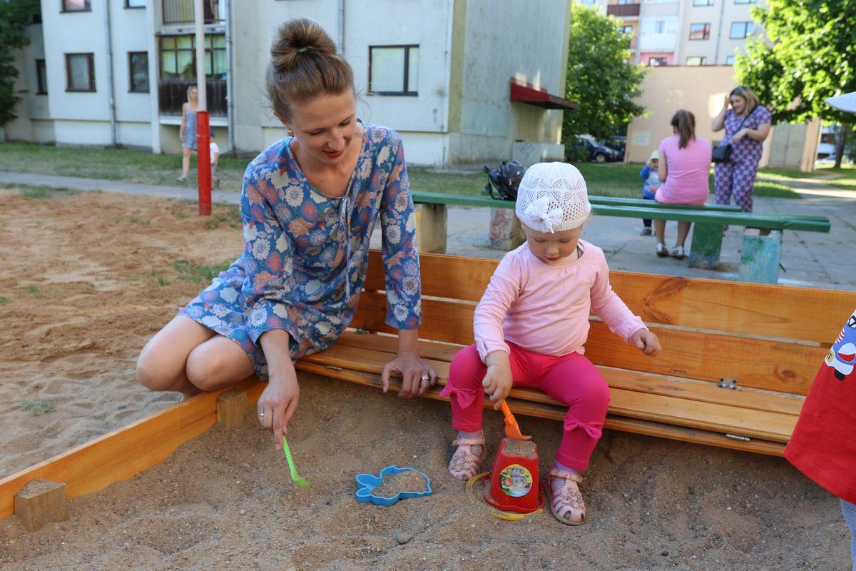 Юлия Лобанова с младшей дочкой играет в песочнице, на которую они с Вероникой собрали деньги.
