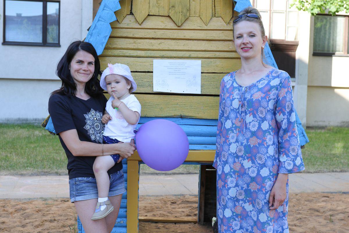 Вероника и Юлия собрали уже 330 рублей на обустройство детской площадки в Тексере.