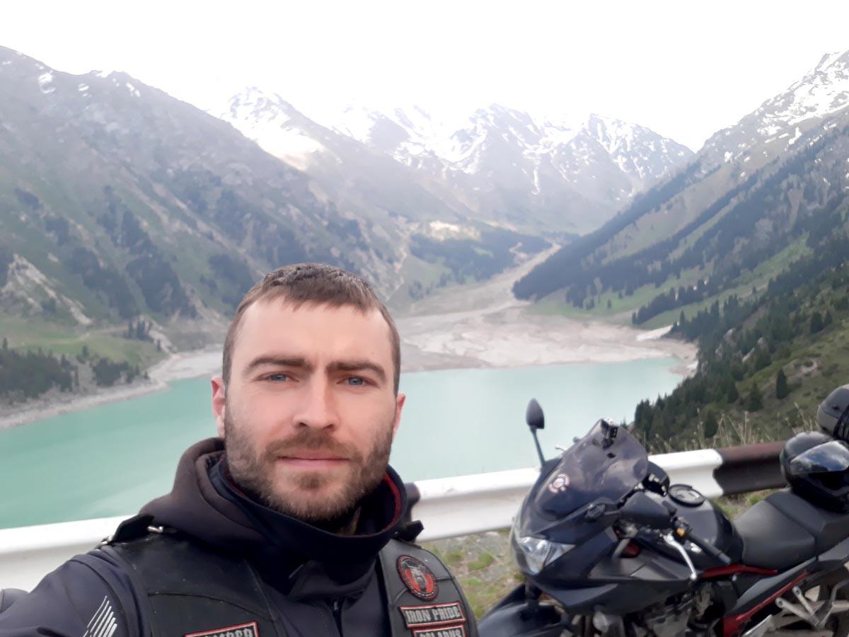 Андрей Никонович возле Большого Алматинского озера в Казахстане.  Фото: архив  Андрея  Никоновича