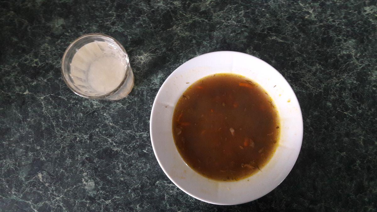 Суп перловый с грибами и лимонный напиток.