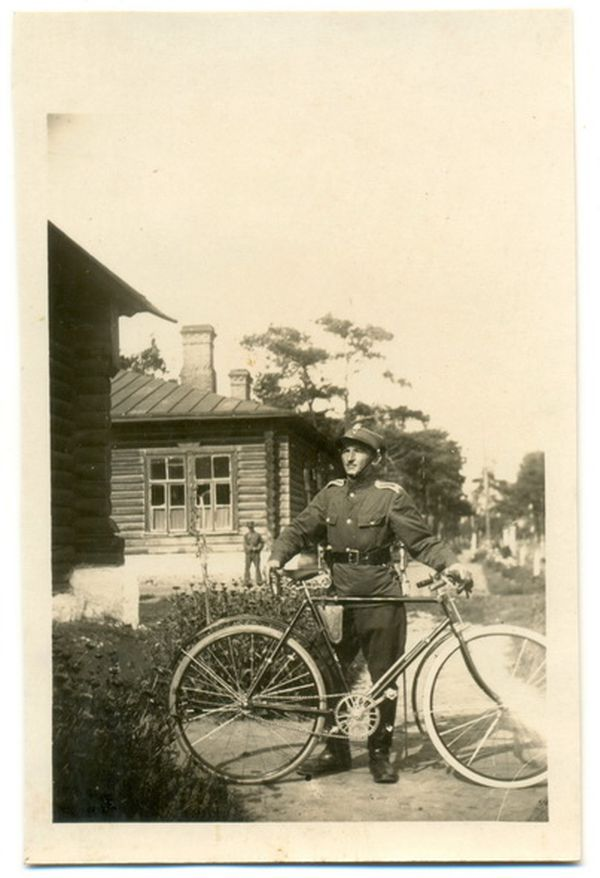 1930 год. Сержант 78 полка пехоты на современной улице Заслонова. Фото: коллекция Руслана РЕВЯКО
