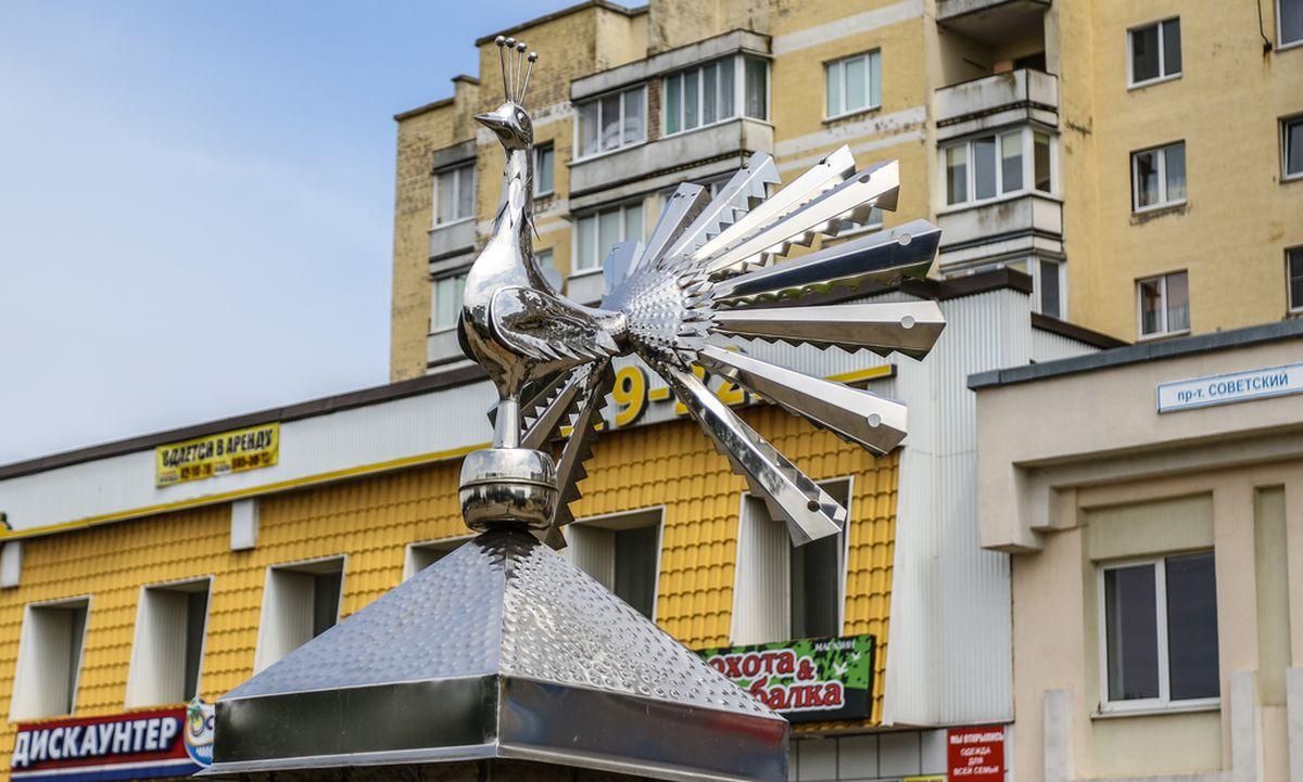 Птица счастья, установленная на проспекте Советском на въезде в город. Фото: Александр ЧЕРНЫЙ