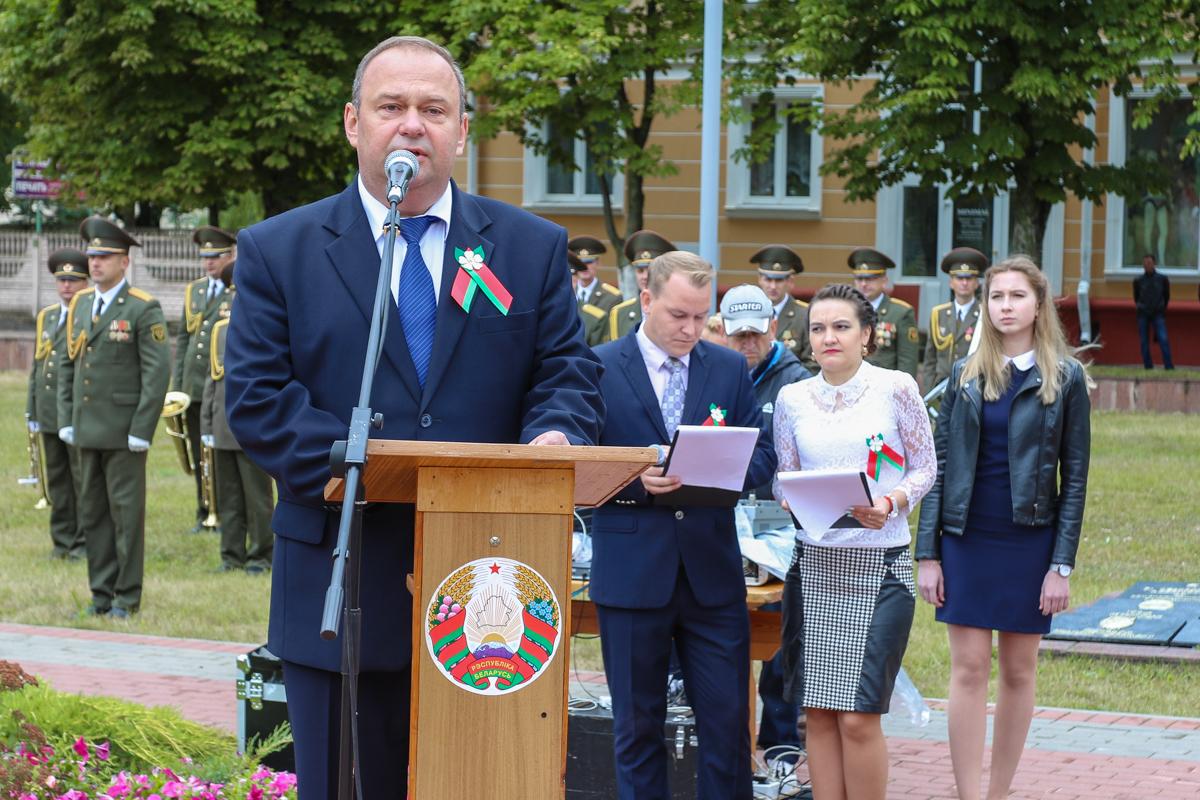 Председатель Барановичского горисполкома Юрий Громаковский выступает с торжественной речью.