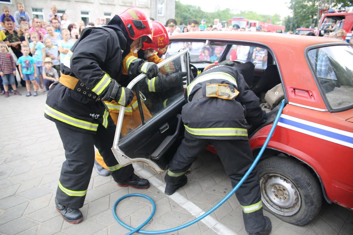 Спасатели деблокируют из автомобиля пострадавшего в ДТП. Фото: Татьяна САЛЕЖ