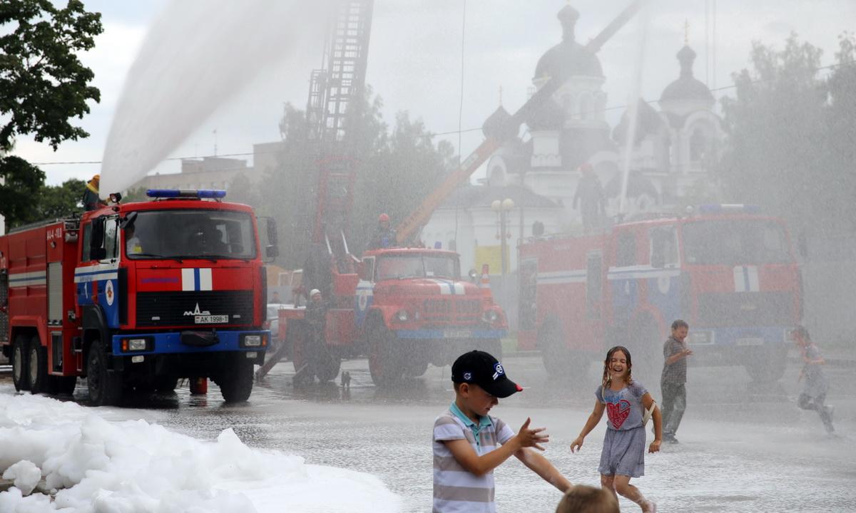 Сотрудники ГРОЧС смывают пену водой. Фото: Татьяна МАЛЕЖ