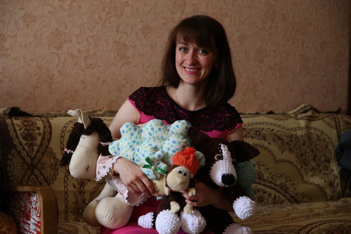 Молодая мама Ксения Чигладзе вяжет игрушки крючком и спицами. Она надеется, что ее хобби в будущем будет приносить заработок.   Фото: Евгений  ТИХАНОВИЧ