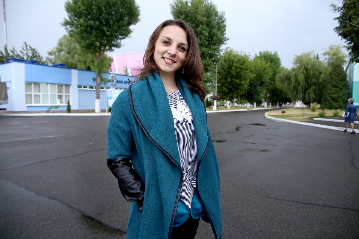 Юлия Терешко работает на авиазаводе. Фото: Евгений ТИХАНОВИЧ