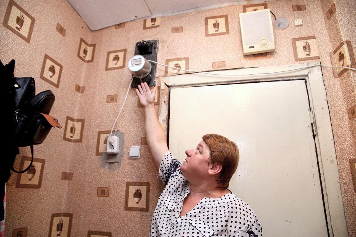 Жительница общежития на улице Советская, 85 платит за электричество по общему счетчику, хотя в ее комнате есть индивидуальный. Фото: Евгений ТИХАНОВИЧ