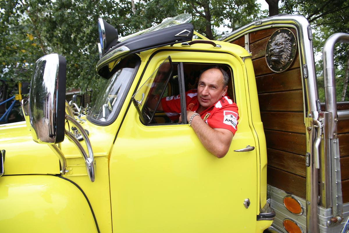 Сергей Кунцевич увлекается автомобилями с детства. Он сам оттюнинговал три машины. Желтый грузовик назвал «Супер- пчелка».  Фото: Евгений ТИХАНОВИЧ