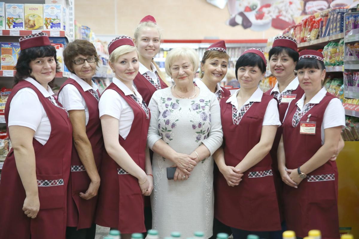Дружный коллектив магазина «Усход», который более  30 лет возглавляет Зинаида  Филимонова.  Фото: Евгений ТИХАНОВИЧ