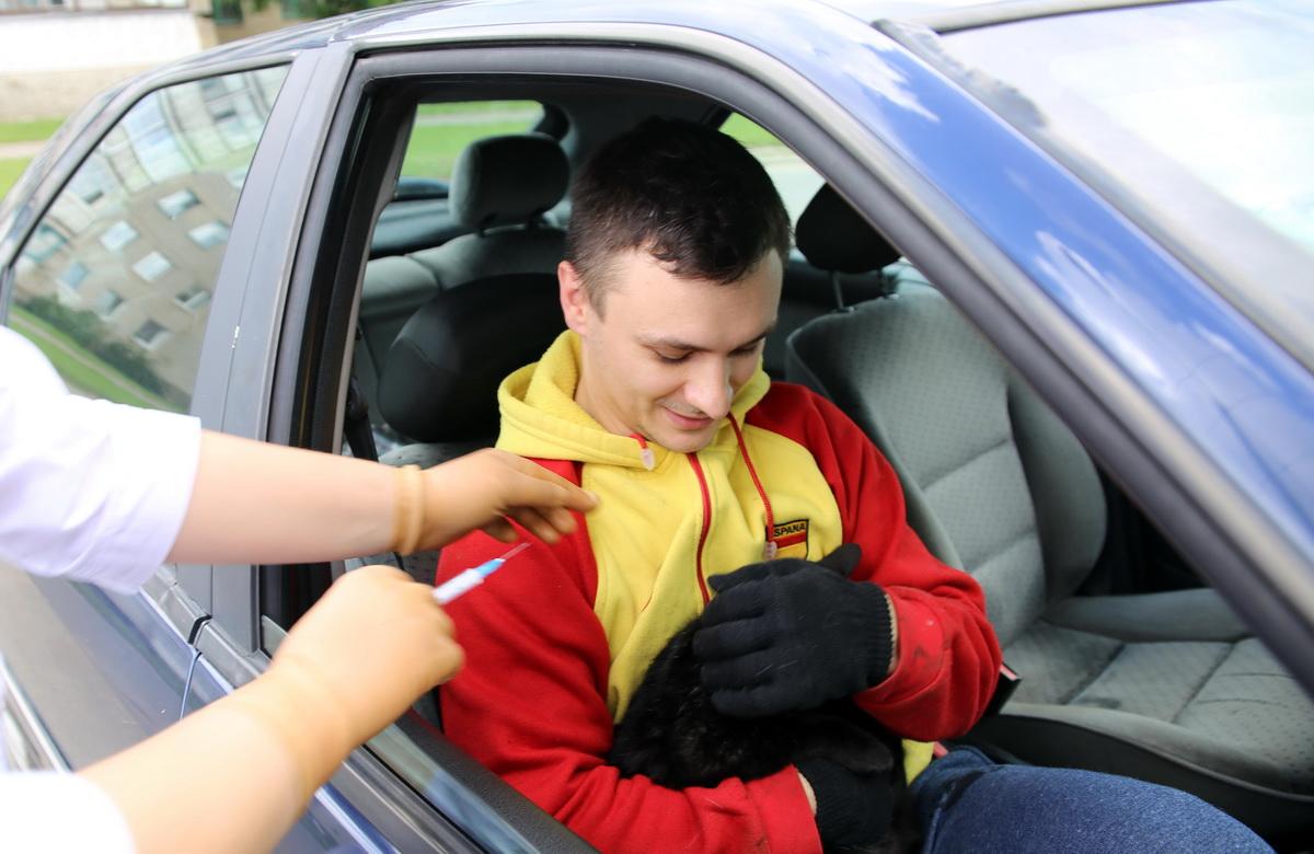 """""""Буйному"""" пациенту прививку делают прямо в машине"""