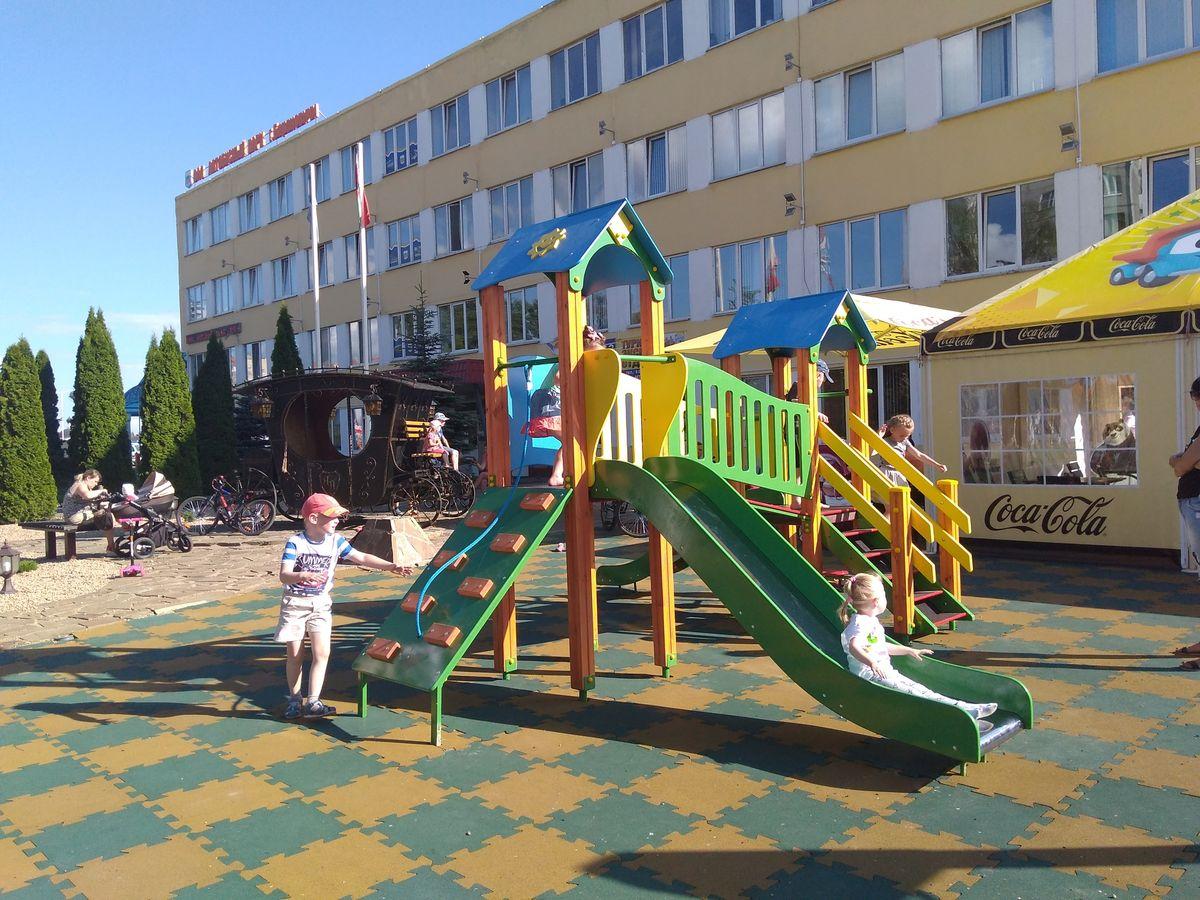 Детская площадка рядом с автобусным парком. Фото: Наталья СОЛОМЯНКО
