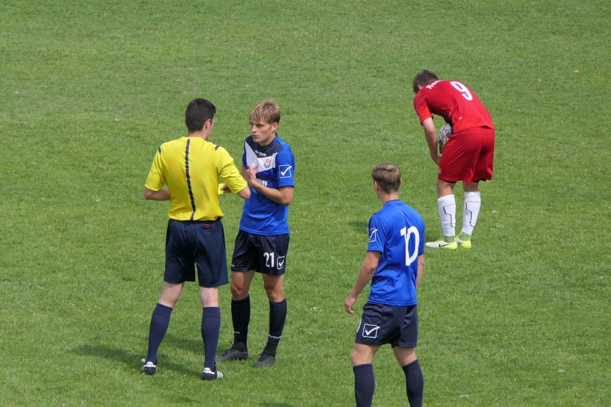 Владислав Сырисько оспаривает свою желтую карточку. Фото: Илья НАСКЕВИЧ