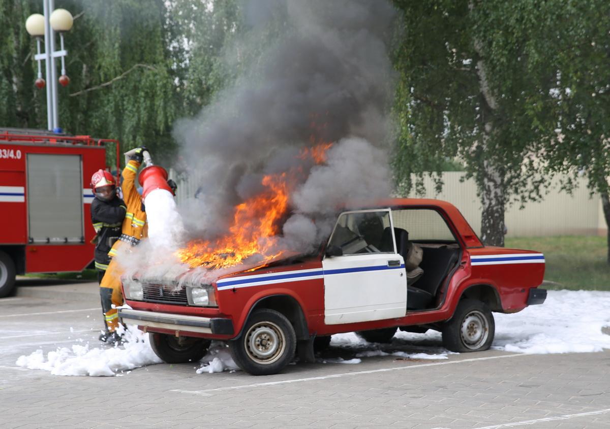 Спасатели тушат огонь. Фото: Татьяна МАЛЕЖ