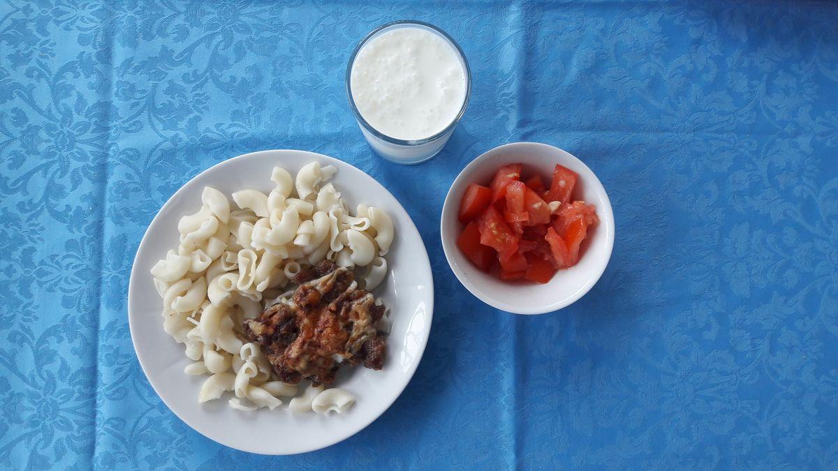 Салат «Случь» с помидорами и чесноком, отварные макароны, котлета «Нясвиж» и кефир.