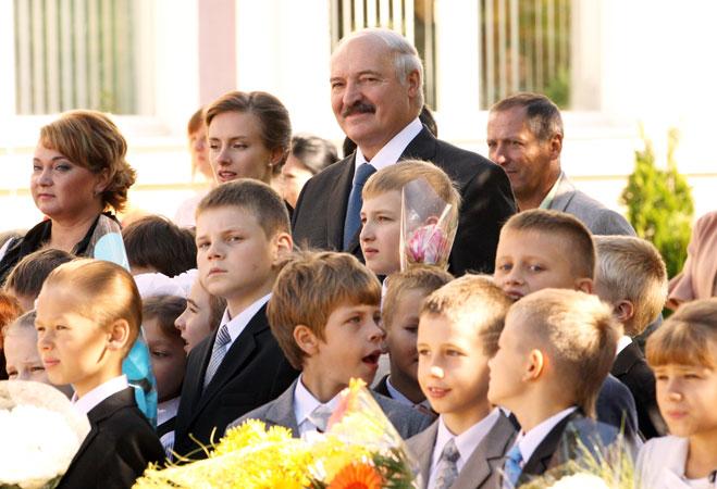 30 августа 2014 года. Президент на линейке у младшего сына Николая в Острошицко-Городокской средней школе. Фото: president.gov.by