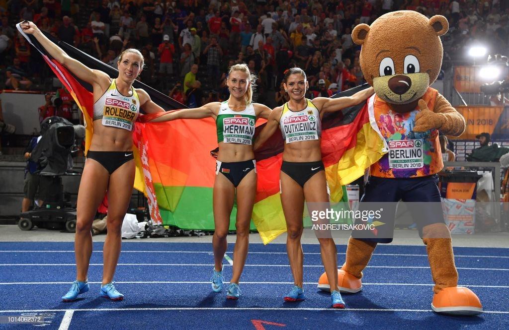 Эльвира Герман (в центре) после победного финища с флагом Беларуси' Фото: Andrej ISAKOVIC AFP/Getty Images).