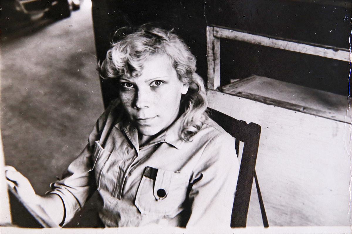 1982 год. Нина Чайковская на рабочем месте в фотопортретном цеху. Фото: Евгений ТИХАНОВИЧ