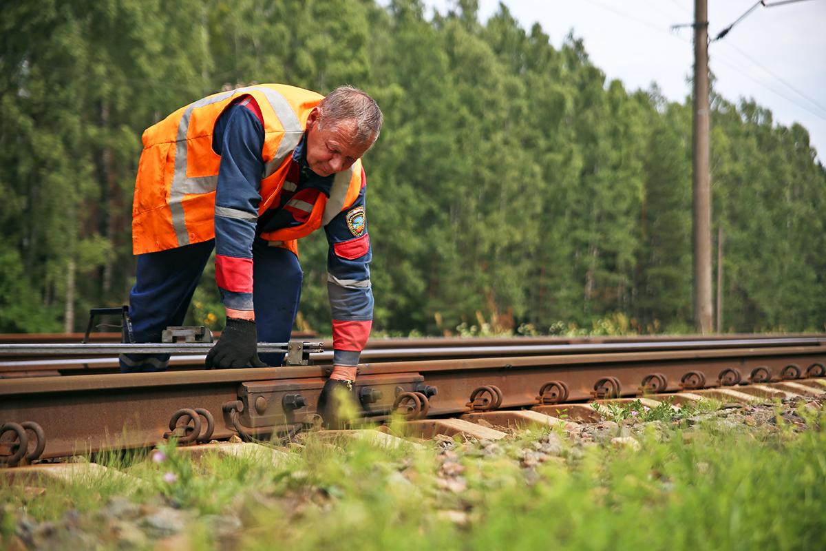 Виктор осматривает железнодорожные пути. Фото: Евгений ТИХАНОВИЧ