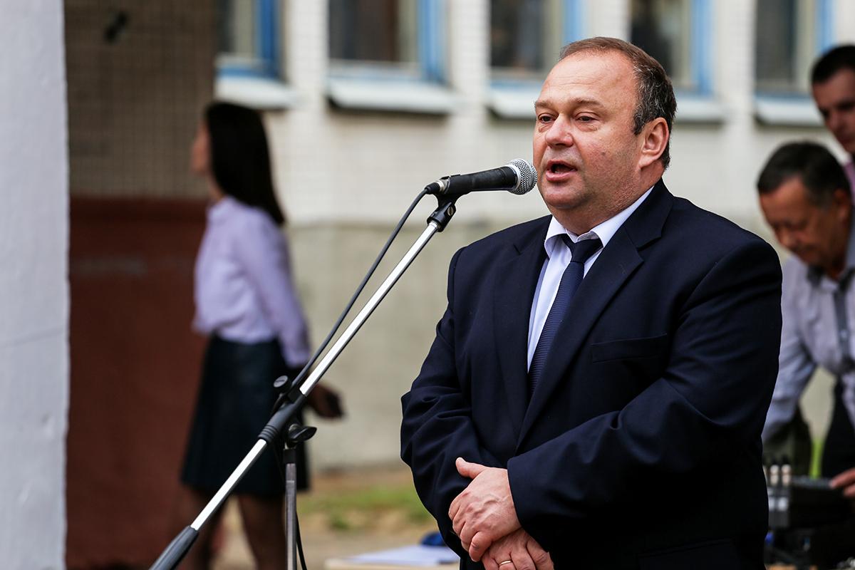 Председатель Барановичского горисполкома Юрий Громаковский на линейке в СШ №19. Фото: Евгений ТИХАНОВИЧ