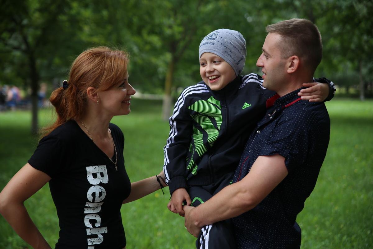Артем Колонцов с мамой Галиной и папой Олегом.  Фото: Евгений ТИХАНОВИЧ