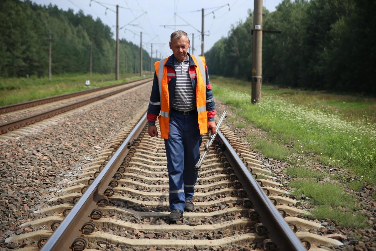 Виктор Кравчук работает на железной дороге больше            20 лет. Фото: Евгений ТИХАНОВИЧ