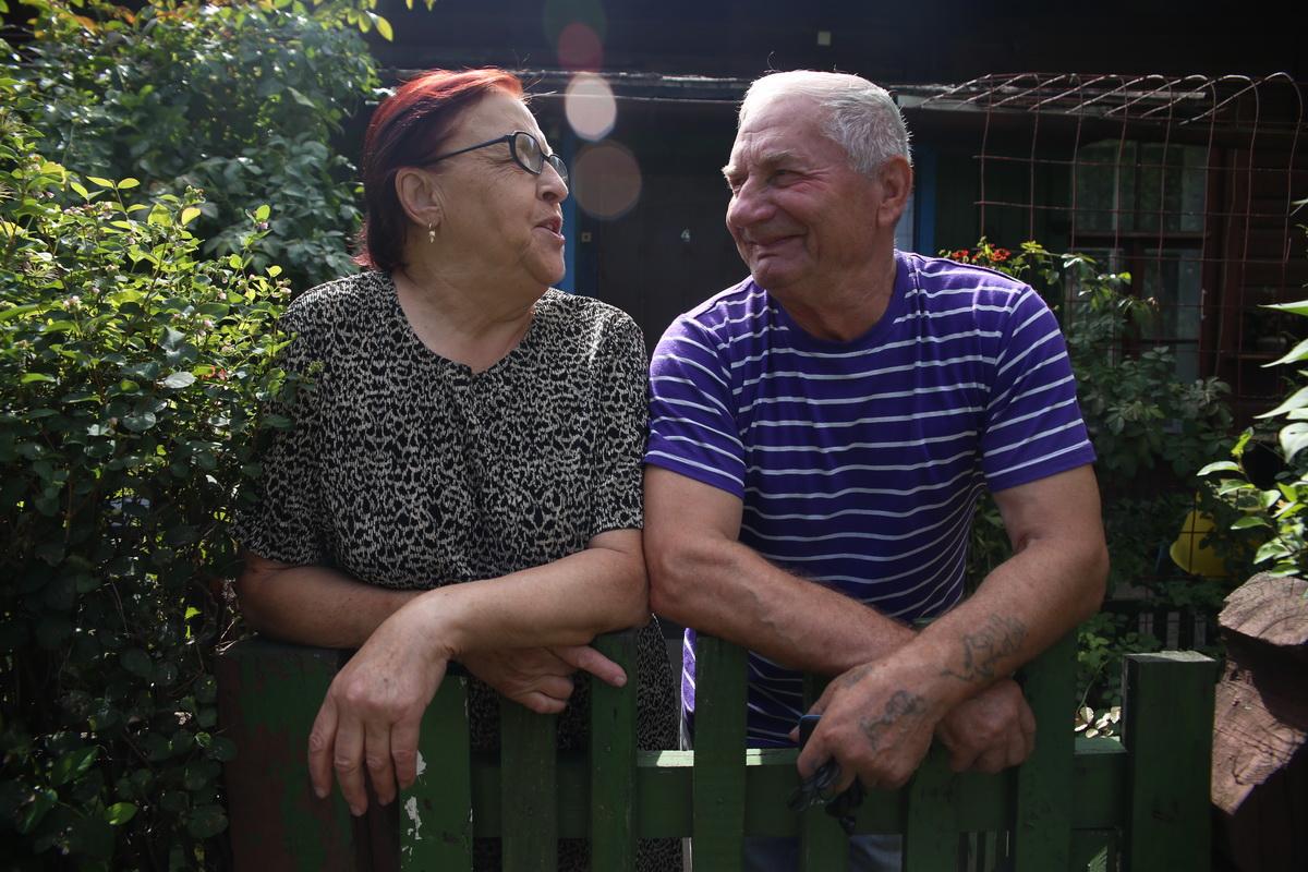 Леонида и Юрий Дребезовы, просматривая старые фотографии, вспоминают лучшие моменты, которые они  пережили в доме на+ улице Орджоникидзе. Фото: Евгений ТИХАНОВИЧ