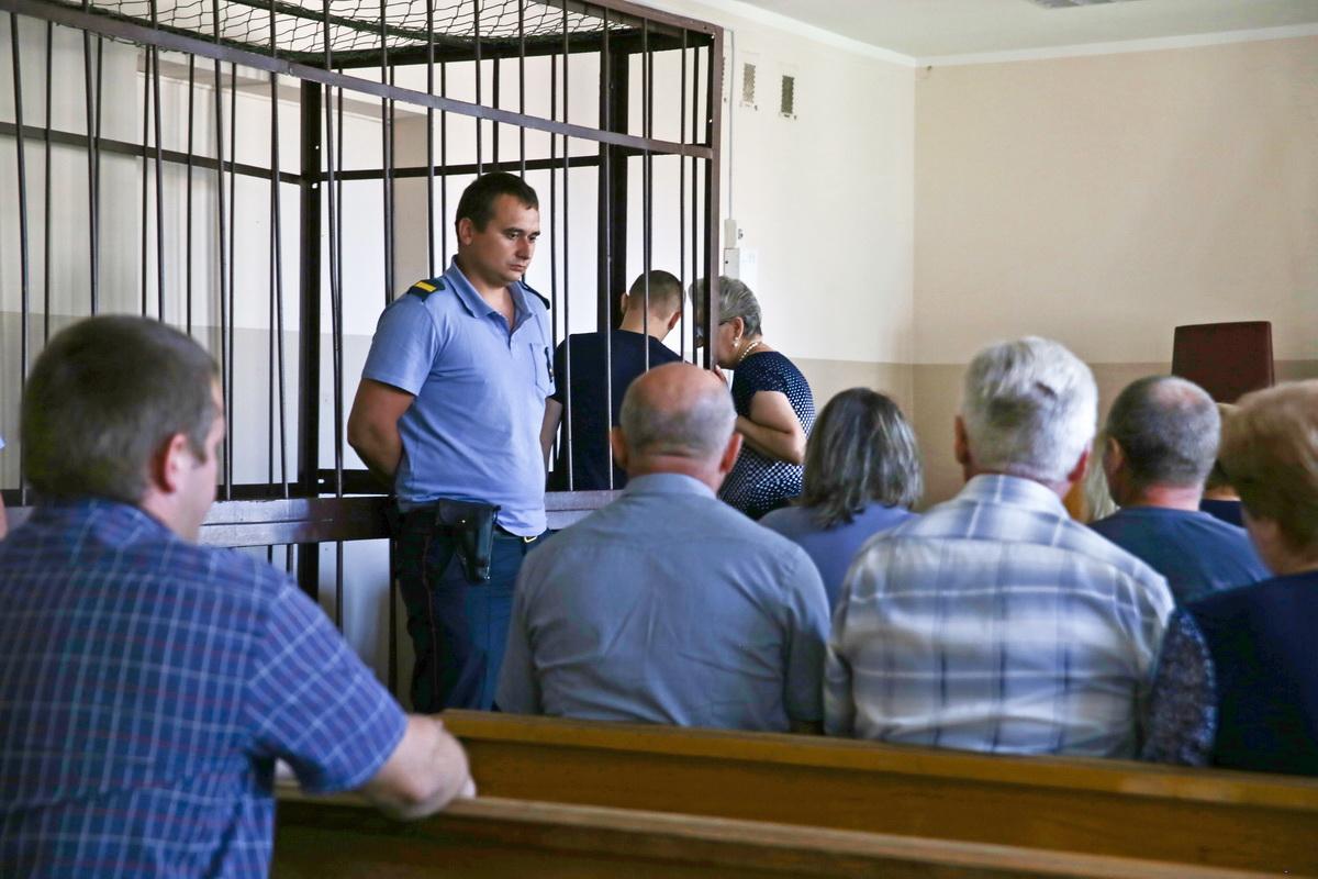 9 августа. Обвиняемый беседует  с адвокатом перед началом заседания суда.  Фото: Евгений ТИХАНОВИЧ