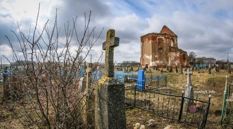 Руины костела в центре старинного кладбища